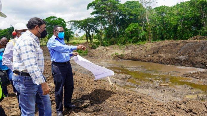 Representantes de instituciones gubernamentales, encabezados por el director ejecutivo del INDRHI, Olmedo Caba Romano, durante el recorrido por los puntos donde equipos pesados trabajan en la adecuación del río Magua