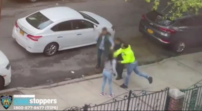 Video: Hombre golpea padre e hijo en Queens por simple choque vehicular; policía arresta agresor