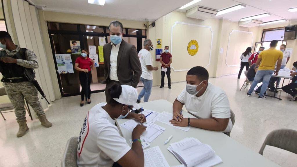 Cientos son vacunados contra covid-19 en el Centro Histórico de Santiago