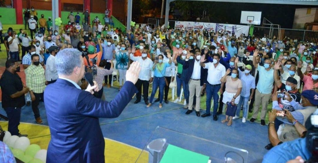 Leonel Fernández juramenta a Hipólito Martínez junto a cientos de peledeístas en la Fuerza del Pueblo
