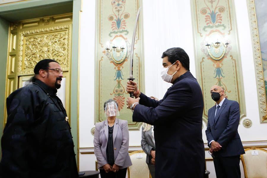 Video de Nicolás Maduro maniobrando espada que le regaló Steven Seagal