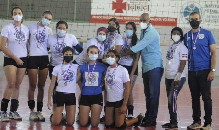 Las jugadoras del Club Deportivo Naco son premiadas con el trofeo de subcampeona y medallas del Torneo de Voleibol Infantil del Distrito Nacional.