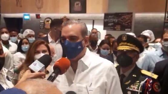 Luis Abinader pide ir a vacunarse contra el coronavirus para evitar  restricciones