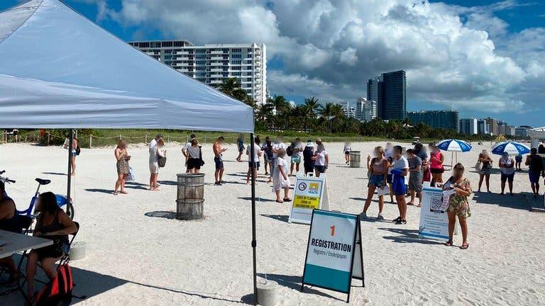 Miami Beach comenzó a vacunar contra COVID-19… en la playa