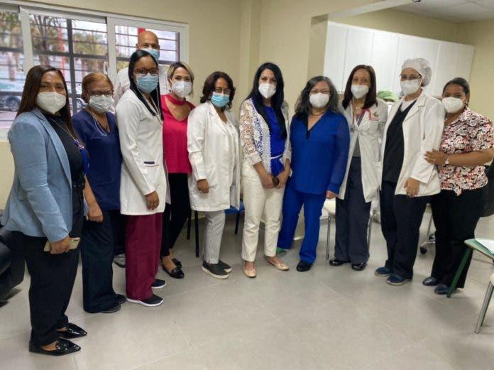 3. Las directoras del Programa de Medicamentos de Alto Costo y la del Hospital Arturo Grullón y parte de sus equipos