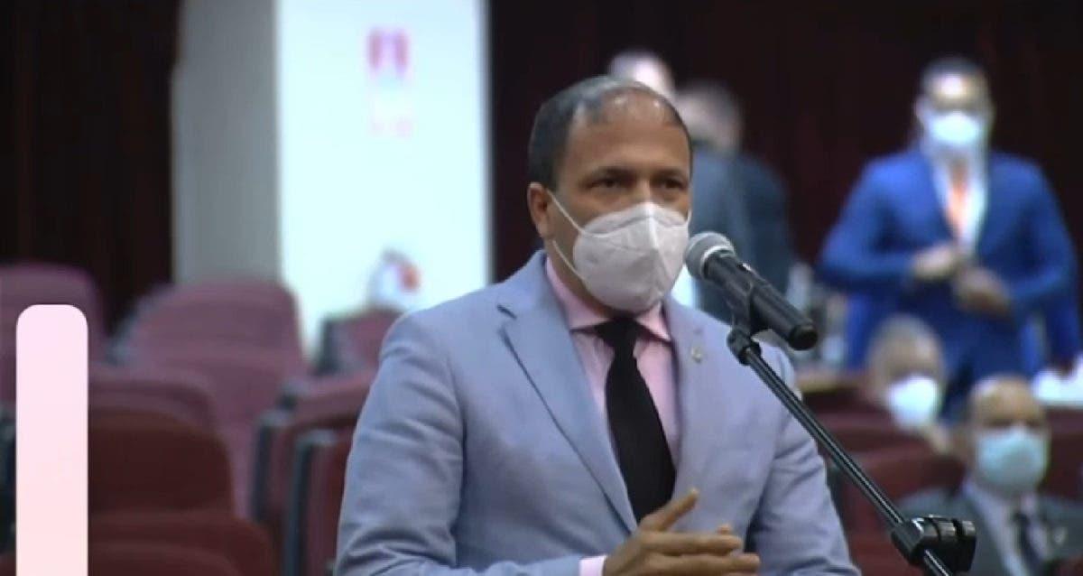 En plena sesión, diputado anuncia  tiene COVID-19 y provoca avispero entre colegas