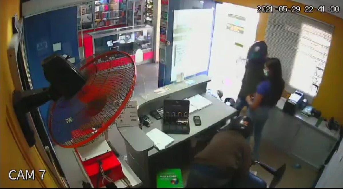 Video: En menos de cinco minutos, cuatro hombres asaltan papelería cerca de la UASD