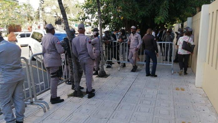 Personas se manifiestan frente al Palacio de Justicia en apoyo a la pastora Rossy Guzmán