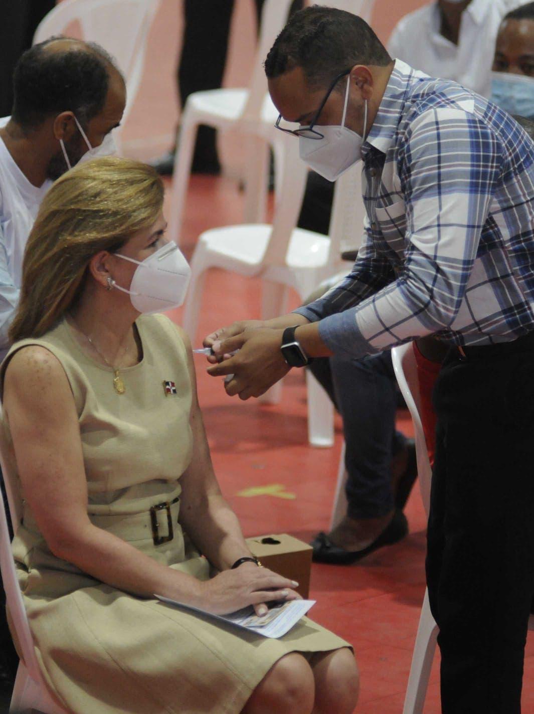 Vicepresidenta Raquel Peña recibió la primera dosis de la vacuna contra la COVID-19