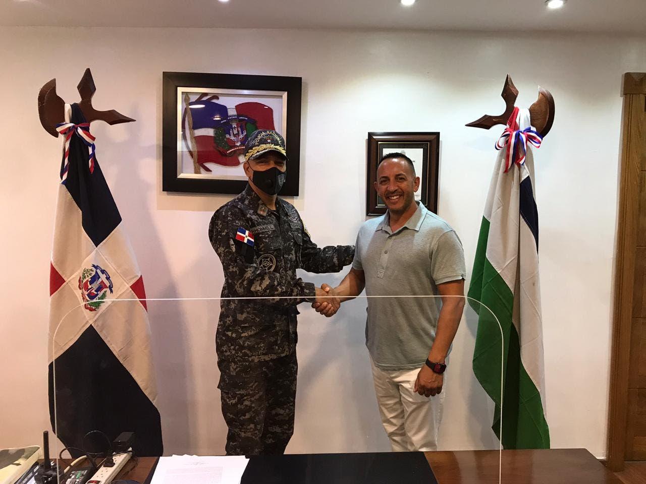 Sheriff del condado de Fort Myers de la Florida está de visita en La Romana