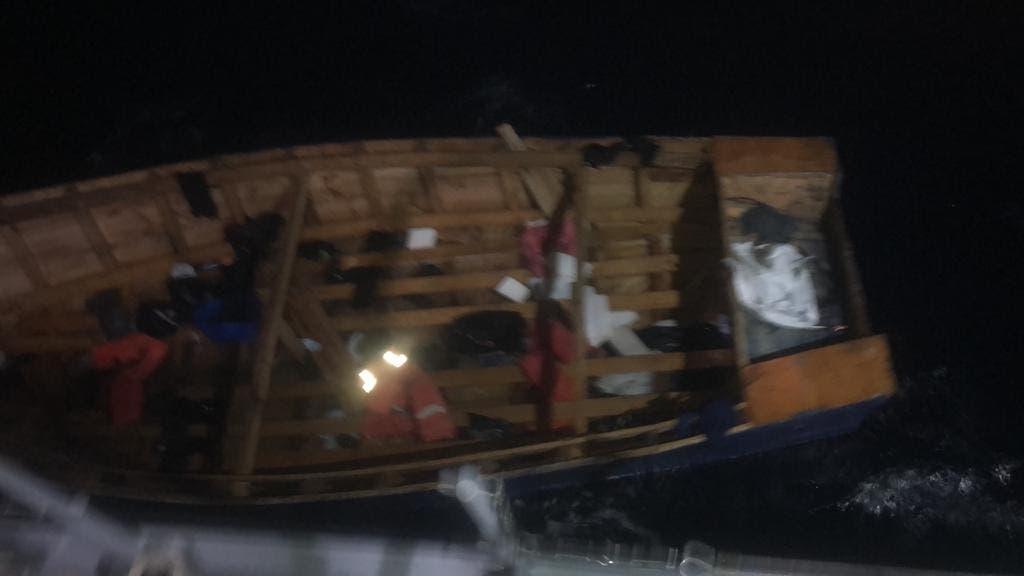 Rescatan a 29 personas tras naufragio de embarcación