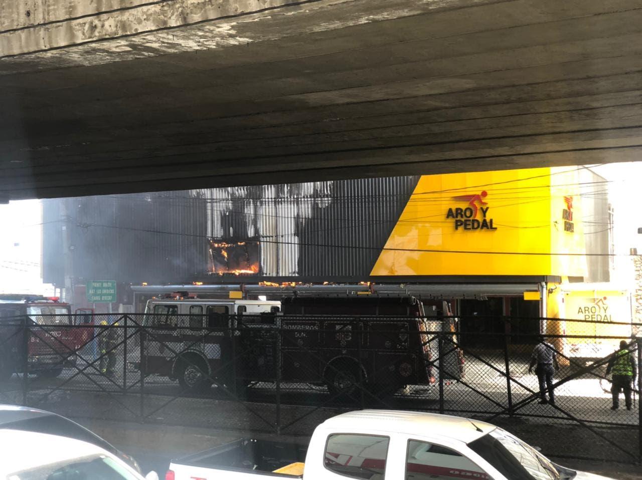 Fuego en Aro y Pedal está controlado; iniciarán investigación, afirma Cuerpo de Bomberos