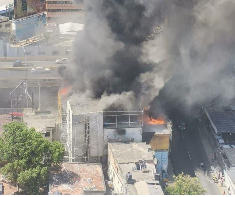 20 unidades de bomberos tratan de sofocar incendio en tienda Aro y Pedal