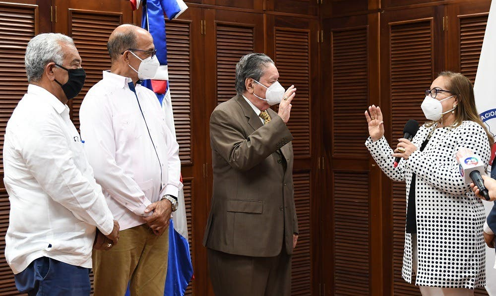 Juramentan nuevo presidente del Consejo de Directores de Coraasan