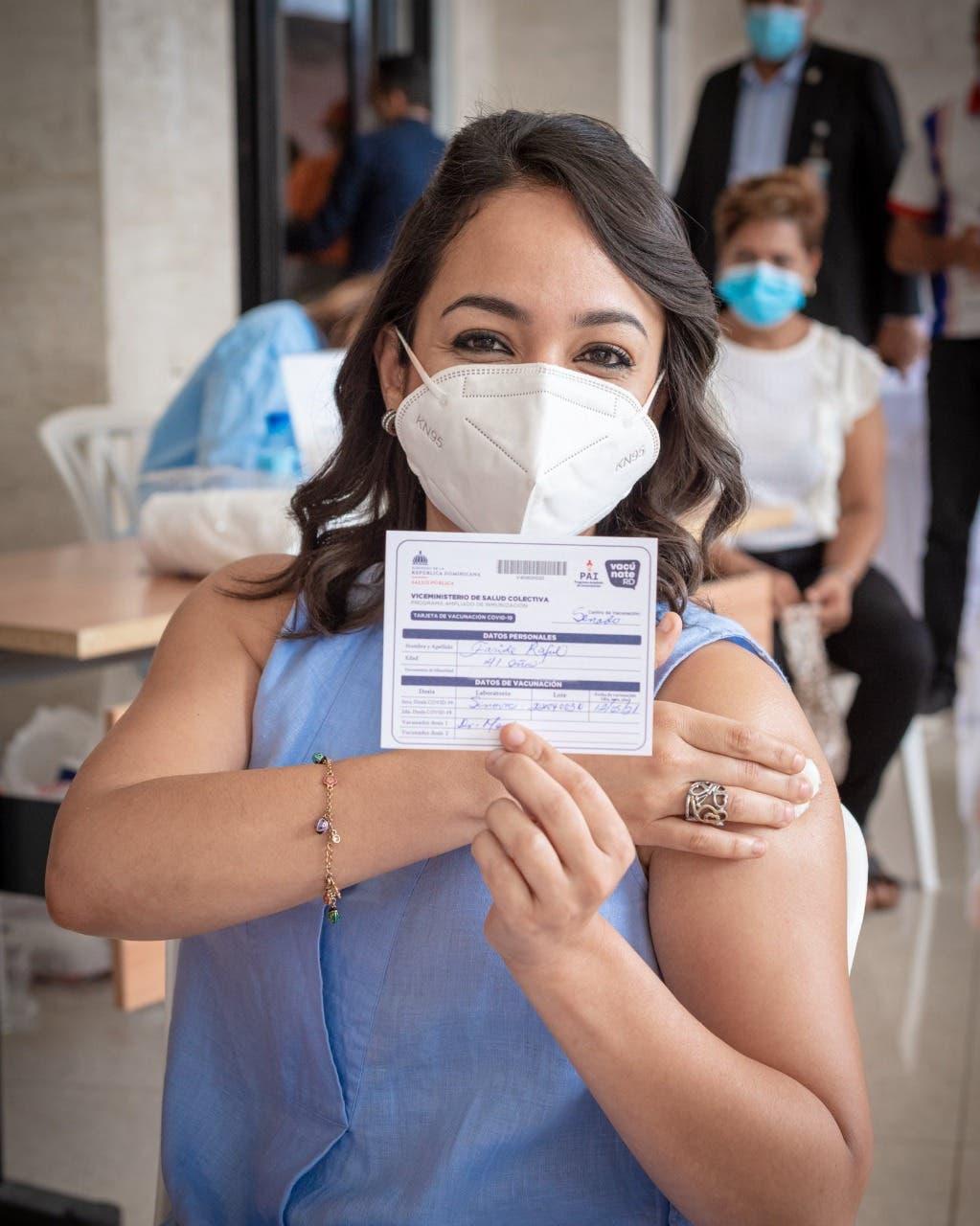 Faride Raful se vacuna contra el COVID-19
