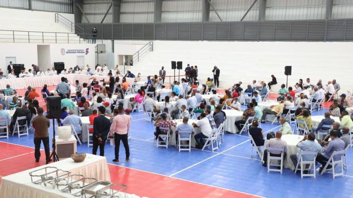 Abinader se reúne con juntas de vecinos de Salcedo; promete ayuda a empresas usen materia prima local