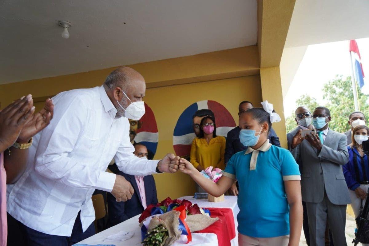 Ministro Fulcar supervisa escuelas de la frontera y entrega mobiliario