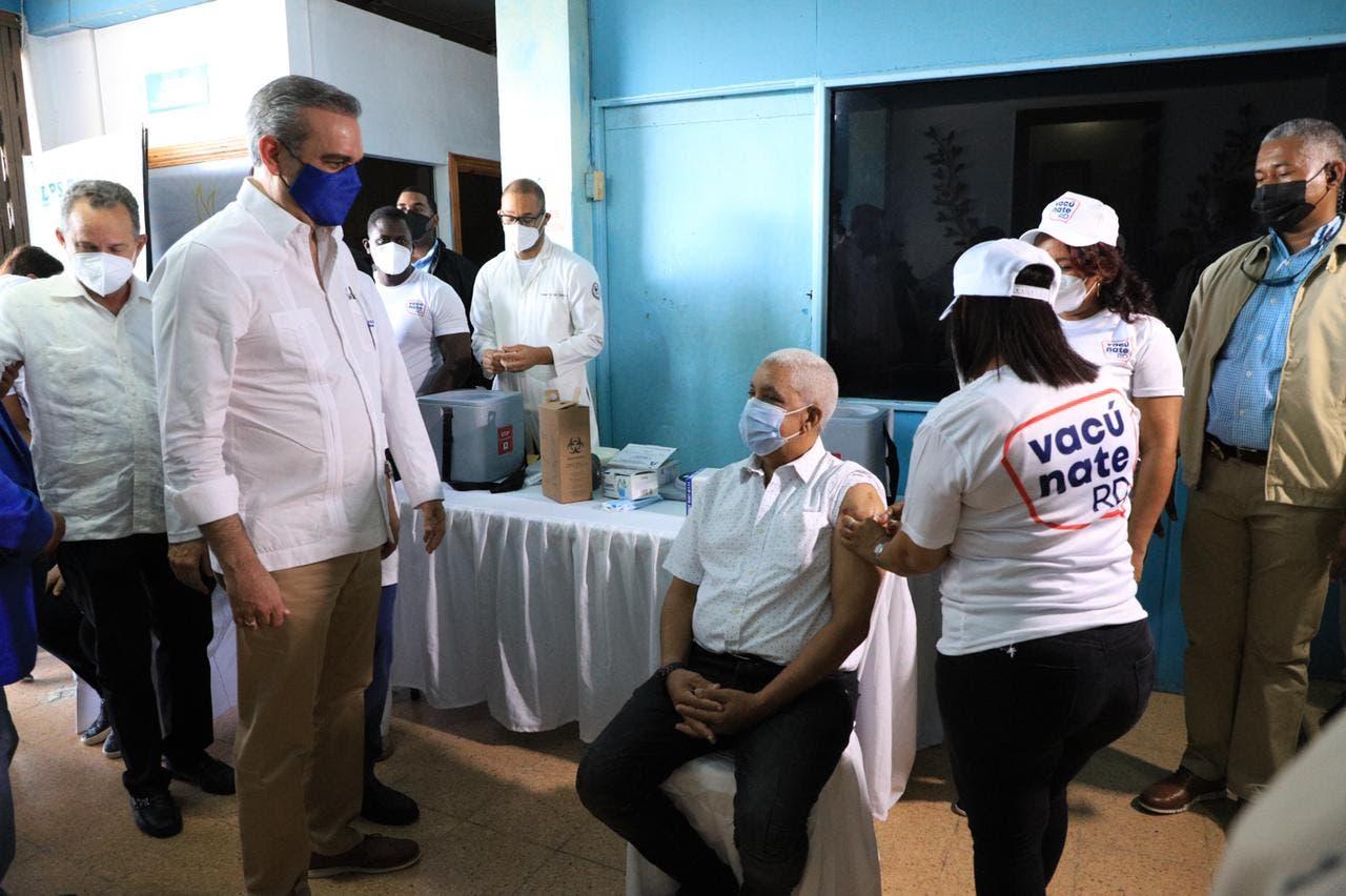 Abinader supervisa evolución de Plan Nacional de Vacunación en Barahona
