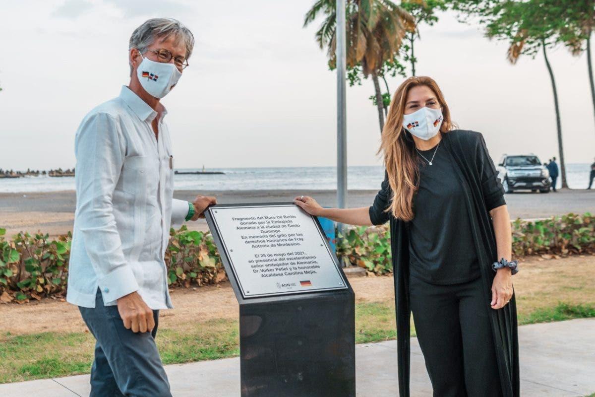 Carolina Mejía recibe fragmento del Muro de Berlín donado por Embajada de Alemania
