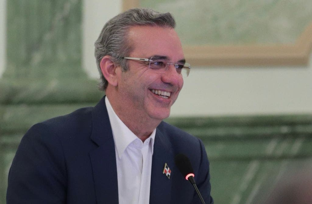 Luis Abinader aprueba reglamento para ascensos y promociones de servidores públicos de carrera