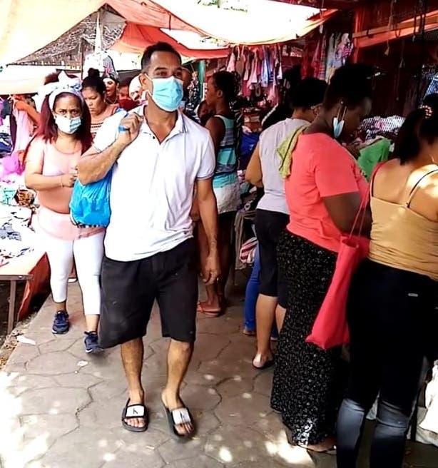 Denuncian policías municipales permiten a vendedores adueñarse de las aceras