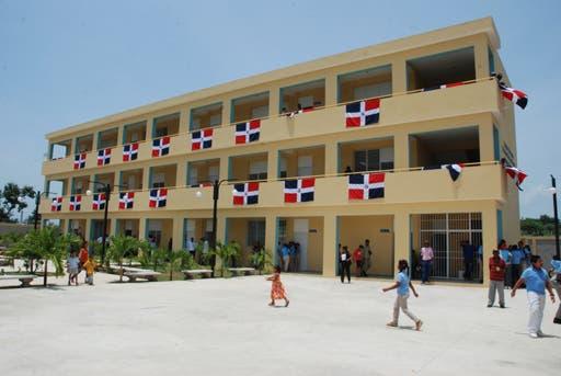 Instalarán puntos de vacunación contra COVID-19 en entornos de centros educativos del país