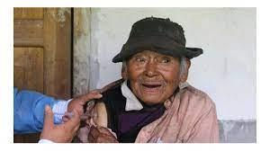 Vacunan contra COVID-19 a un peruano de 121 años