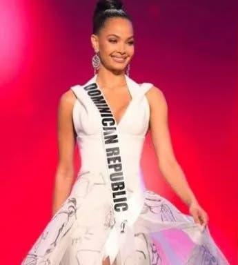 Kimberly Jiménez desfila con traje de gala en preliminar del Miss Universo