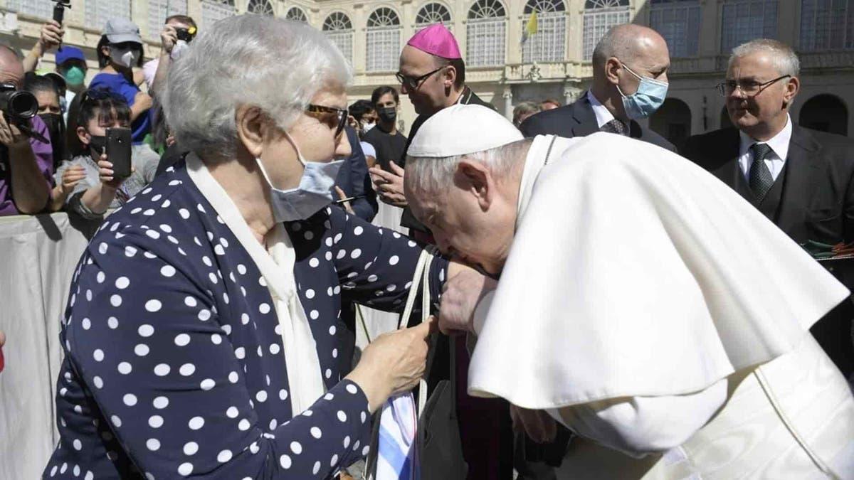 El papa besa el número tatuado en el brazo a una sobreviviente del Holocausto