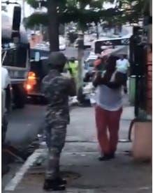 Captado en video momento en que policías y ciudadanos se apuntan a matar