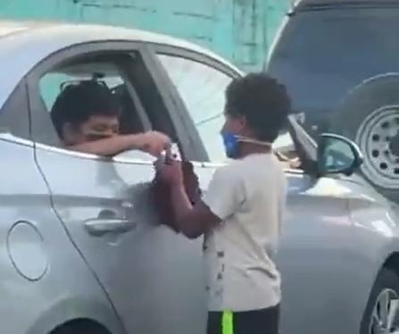Abinader publica video viral donde se ve a niño compartir sus juguetes con otro