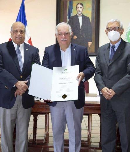 Wilfredo Lozano es incorporado a la Academia Historia