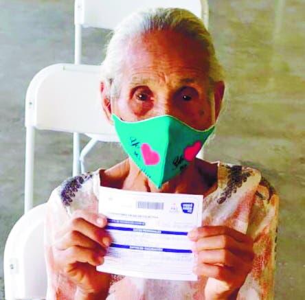 Mujer de 121 años acude a vacunarse contra covid-19 en PP