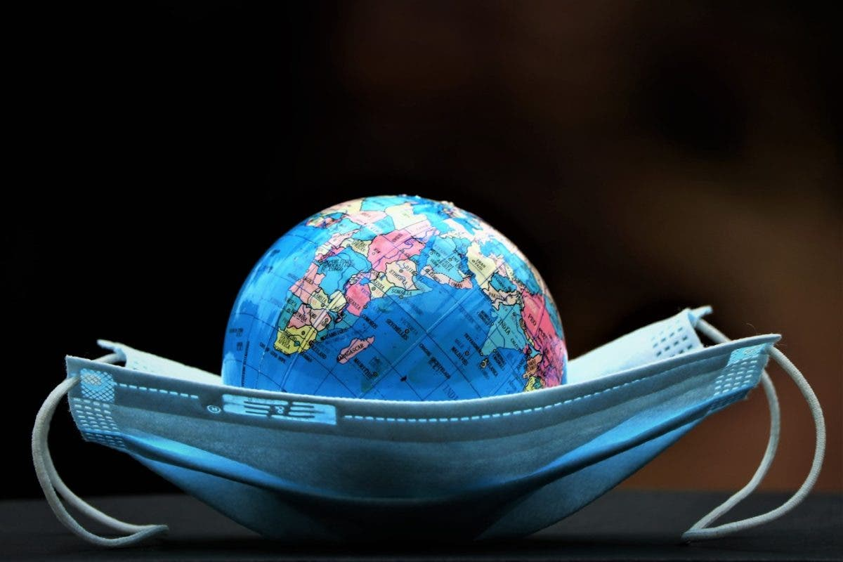 Casos semanales de COVID vuelven a subir en el mundo tras 2 meses de descenso