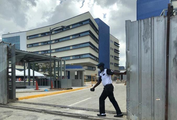Hospital Luis Eduardo Aybar de Santo Domingo hace de morgue para los fallecidos por covid-19, a plena vista de los pacientes / FUENTE EXTERNA