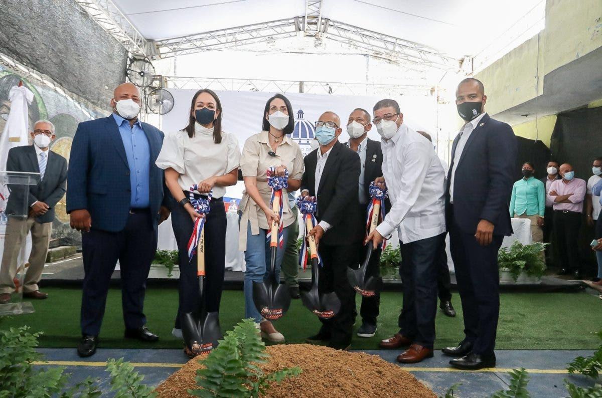 Camacho y primera dama inician  centro deportivo en Capotillo