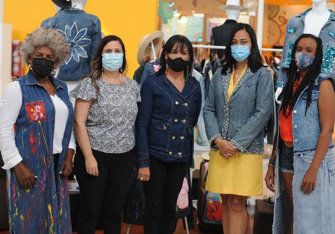 """Arte y moda se unen en la exposición """"Upcycling Jeans"""""""