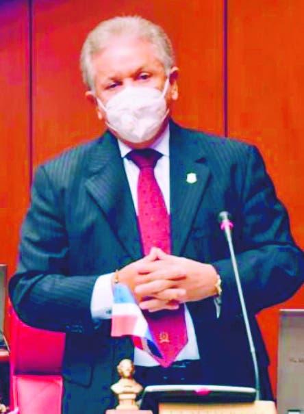 Senador-médico no respalda tercera dosis