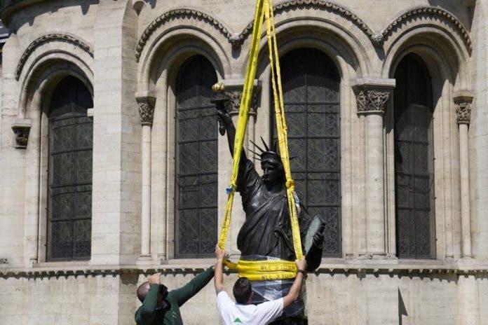 Foto tomada en París el 7 de junio del 2021 de la réplica de la Estatua de la Libertad que está siendo enviada desde Francia a Estados Unidos. (Foto AP/Francois Mori)