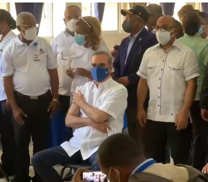 Presidente Abinader recibe la segunda dosis de la vacuna contra COVID-19