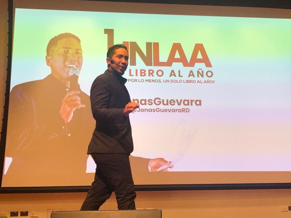 """Jonás Guevara, la mente detrás del revolucionario proyecto """"Un libro al año"""""""