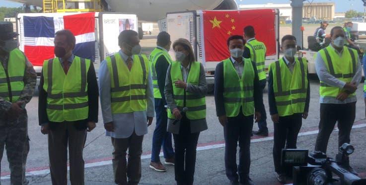 Llega al país nuevo cargamento de vacuna contra COVID desde China