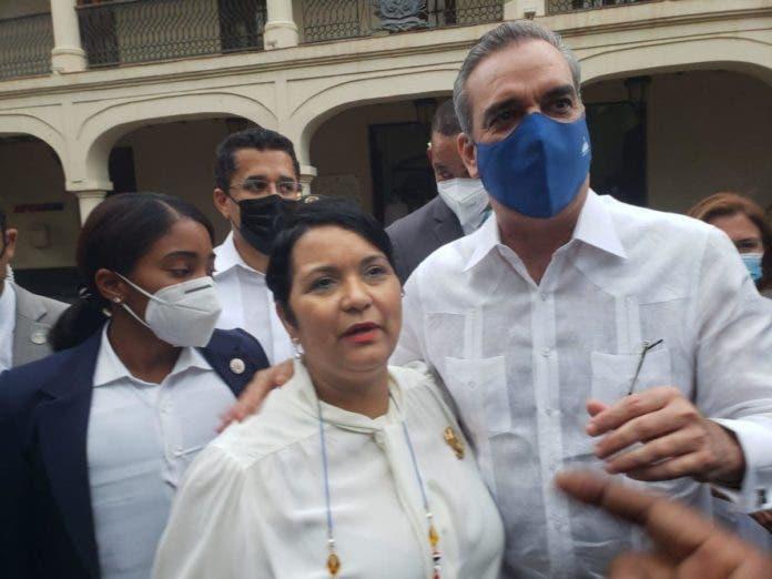 Lourdes Batista-Jakab junto al presidente Abinader/ fuente externa
