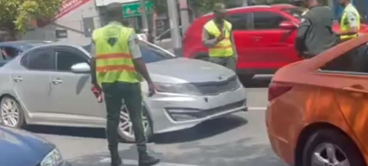 Digesett aclara agente de tránsito se apoyó «accidentalmente» sobre cristal de conductor