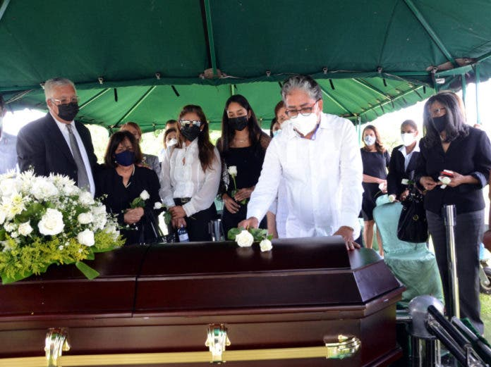 El administrador del Grupo de Comunicaciones Corripio, Juan Carlos Camino, se solidariza con Pedro José Alejandro Nicolás, hijos de don Persio Pérez, fallecido el domingo.