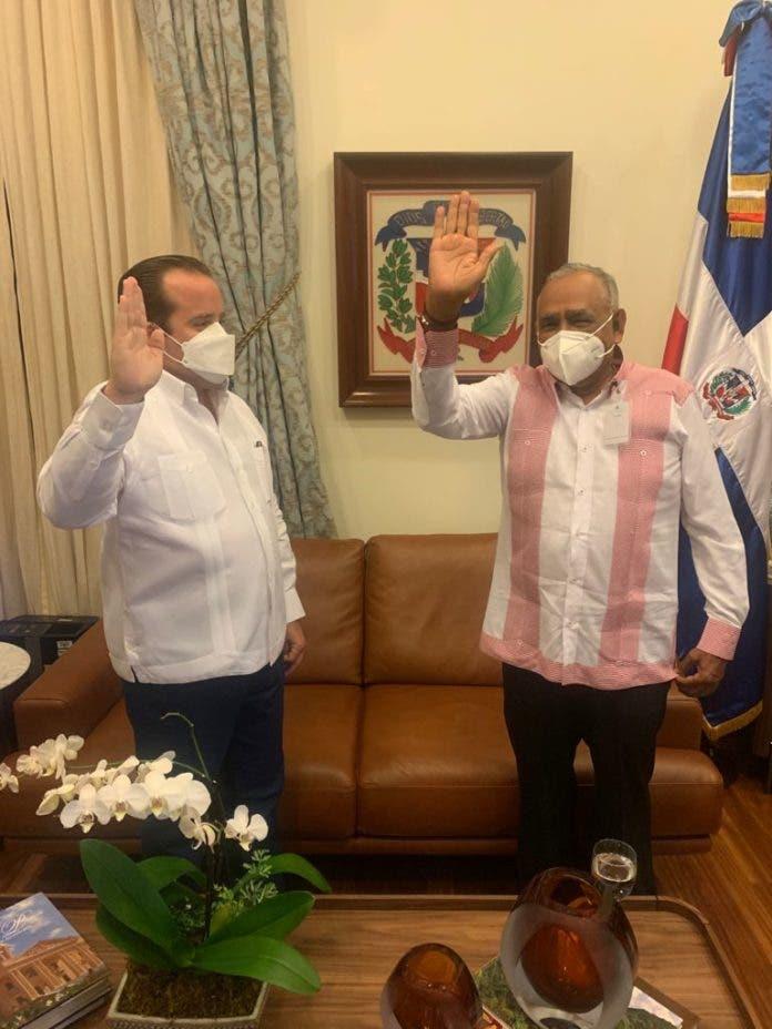 El MInistro Administrativo de la Presidencia, José Ignacio Paliza, juramenta al nuevo Asesor Deportivo del Poder Ejecutivo