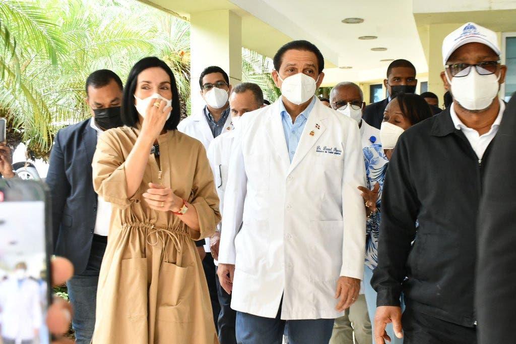 Raquel Arbaje y ministro de Salud supervisan jornada de vacunación en Club Mauricio Báez