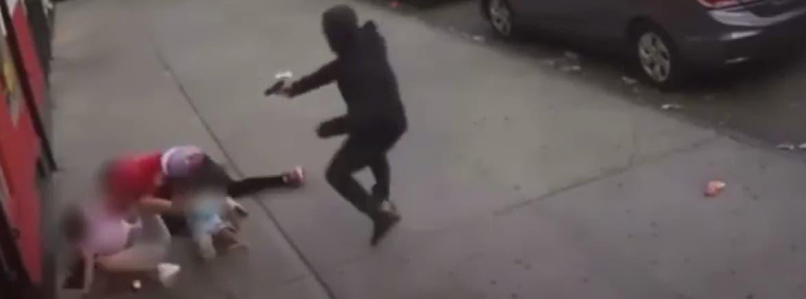 Video: A escasos metros intentan asesinar hombre encima de niñas en El Bronx
