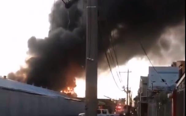 Videos sobre el fuego que afecta colchonería en ensanche La Fe