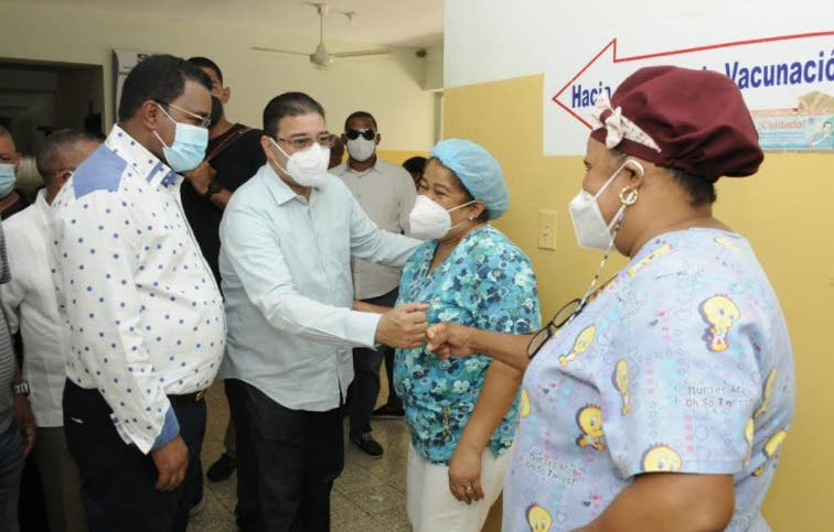 Camacho incentiva campaña de vacunación en recorrido por Elías Piña